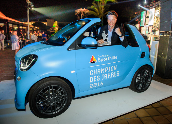 smart at the CHAMPION OF THE YEAR 2016 award: Patrick Hausding receives a smart fortwo and is CHAMPION OF THE YEAR 2016
