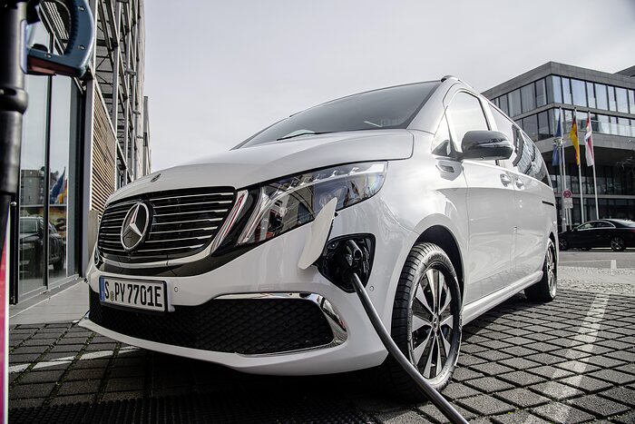 Start of Sales for the Mercedes-Benz EQV (Combined power consumption: 26.4 - 26.3 kWh /100 km; combined CO2 emissions: 0 g/km)  :  Electric large-capacity sedan for family, leisure and business