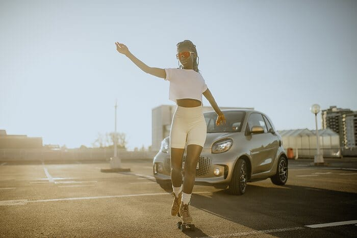 smart meets Oumi Janta: a dance battle on four and eight wheels
