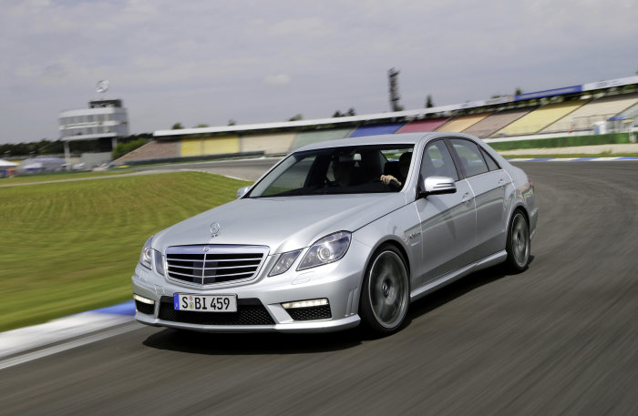 "Resounding victory in ""Sports Car of the Year"" readers' poll: New Mercedes-Benz E 63 AMG chosen as best sports saloon"