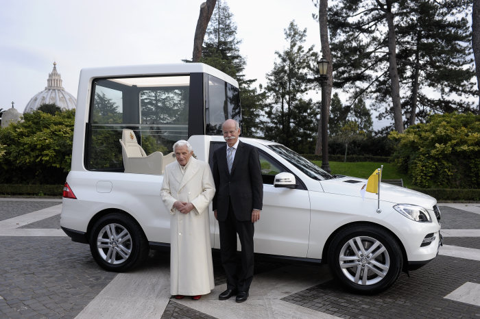 Dr Dieter Zetsche hands over Mercedes-Benz M-Class in Rome: New Popemobile from Mercedes-Benz for Pope Benedict XVI