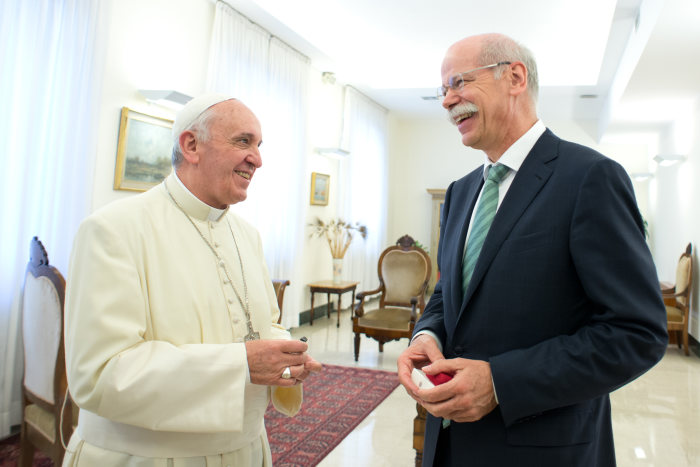 Keys to the popemobile handed over: Dieter Zetsche in a private audience with Pope Francis