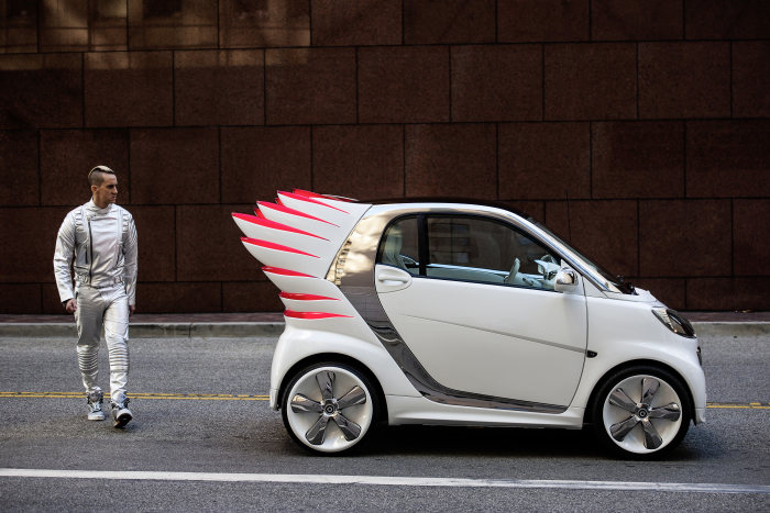 Modedesigner Jeremy Scott gestaltet smart fortwo electric drive: Jeremy Scott verleiht smart Flügel