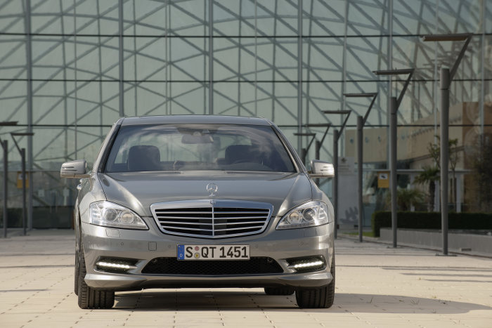 New BlueTEC model and active assistance systems for the S-Class: Enhanced efficiency, safety and luxury