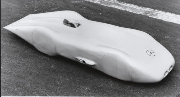 Mercedes-Benz 12-cylinder record car W 125, 1938. At the wheel of this record car, Rudolf Caracciola established a new record on the Frankfurt/Main – Darmstadt motorway. One kilometer from a flying start at an average speed of 432 km/h.