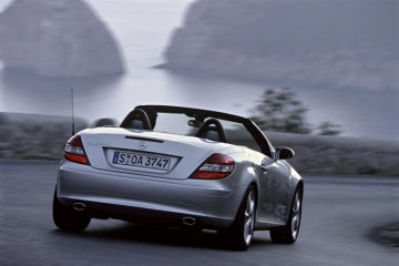 SLK-Class: Standard equipment fitted aboard the SLK 200 KOMPRESSOR includes adaptive front airbags, two-stage belt-force limiters, head/thorax sidebags, the vario-roof, Headlamp Assist and a six-speed manual transmission.