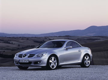 Standard equipment fitted aboard the SLK 200 KOMPRESSOR includes adaptive front airbags, two-stage belt-force limiters, head/thorax sidebags, the vario-roof, Headlamp Assist and a six-speed manual transmission.