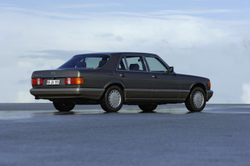 Exemplary safety technology: launched in December 1980, the Mercedes-Benz S-Class (W 126 series) was the world´s first car to feature a driver´s airbag and a belt tensioner for the front passenger.