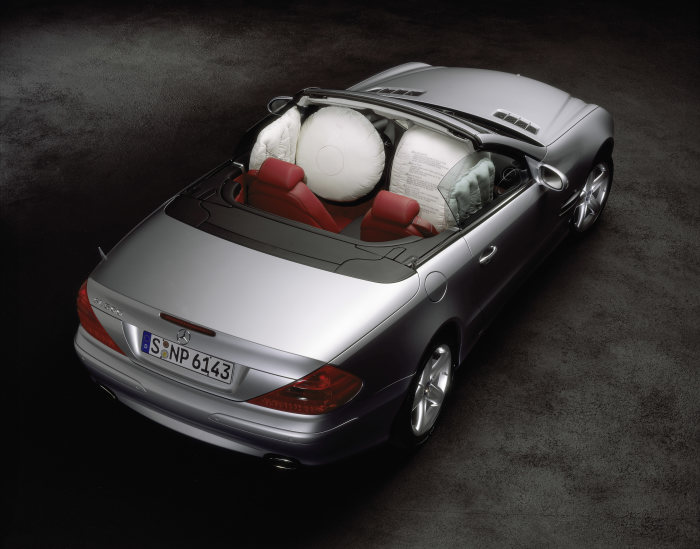 Double protection: for its roadster and cabriolet models, Mercedes-Benz developed head/thorax sidebags to protect the front occupants´ head and chest areas. This type of airbag, which celebrated its world premiere in the SL-Class in 2001, is also part of the standard equipment package for the CLK-Class Cabriolet.