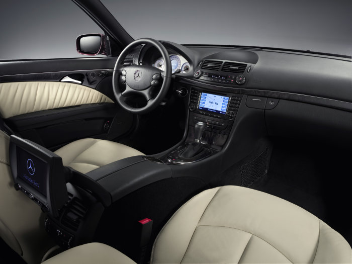 Mercedes-Benz E-Class: The two-tone interior appointments and the bird´s-eye maple wood trim emphasise the sporty, progressive character of the AVANTGARDE line.