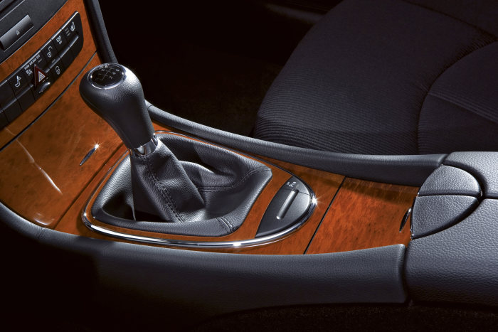 Mercedes-Benz E-Class: The CLASSIC line boasts 16-inch seven-spoke light-alloy wheels. Other new features include the eucalyptus wood trim elements.