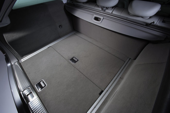 Mercedes-Benz E-Class: The new Estate is equipped with a two-section load-compartment floor flap.