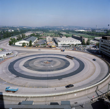 The skid pad of the test track at the Untertürkheim plant, made up of concentric rings with different surface finishes. Photograph from 1984