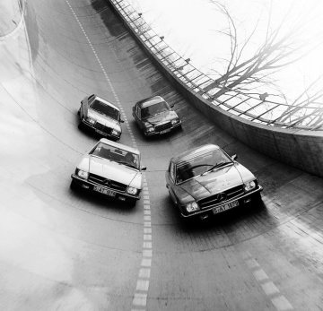 On the steep-bank curve at Untertürkheim in 1973: in the front Mercedes-Benz 450 SL roadster and 450 SLC coupe (107 series), in the back Mercedes-Benz 450 SE and 450 SEL (116 series).