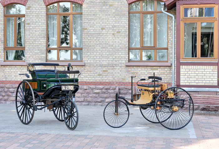 Encounter: The original Benz patent motor car of 1888 (left) and a replica of the world's first automobile from the year 1886.