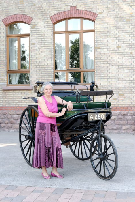 In memory of her great-grandmother: Jutta Benz standing next to the Benz patent motor car of 1888. In a similar car, Bertha Benz set out on the first long-distance journey from Mannheim to Pforzheim and back in that year.
