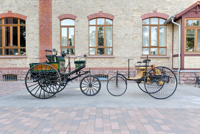 Confrontation: The Benz patent motor car from the year 1888 (left) was based on the world's first automobile of 1886 but is slightly larger.