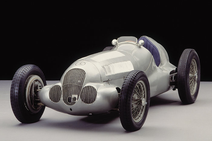 The superior car of the 1937 season: The Mercedes-Benz W 125 formula racing car.