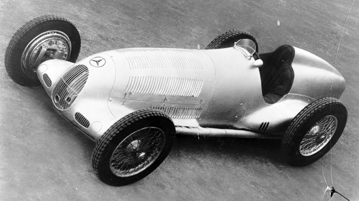 Mercedes-Benz W 25 formula racing car, 1936 version: Small air intakes in the front mask and completely covered suspension arms on the rear axle.