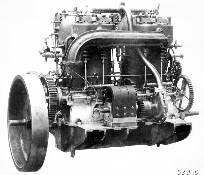 Systematic lightweight design: The engine of the 35 hp Mercedes, designed by Wilhelm Maybach, with controlled intake and exhaust valves (1900).