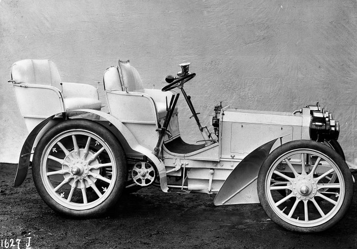 Benchmark in automotive engineering: Daimler-Motoren-Gesellschaft launched the 35 hp Mercedes in 1901. The car was powered by a four-cylinder engine developed by Maybach.