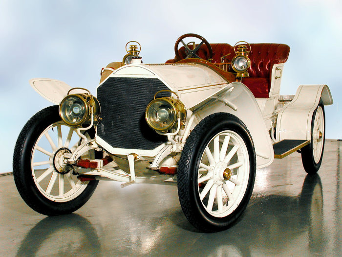 39/75 hp Mercedes with in-line engine developed by Paul Daimler: The brand's first production car with six-cylinder engine, launched into the market in 1907.