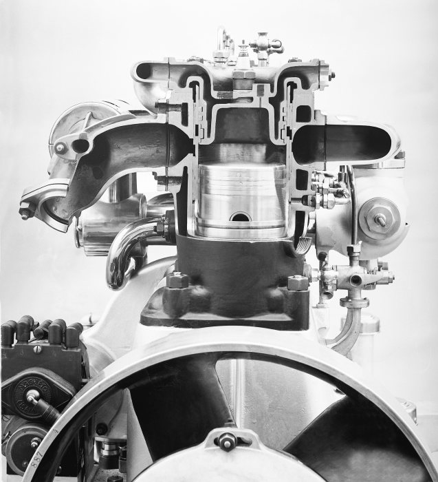 Sleeve valves instead of valves: In 1911, Mercedes Knight models came onto the market and became known for their quiet running characteristics and high performance.