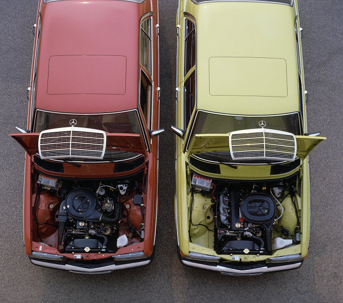 New engines for the four-cylinder models of the 123 series in 1980: Engine compartments of the Mercedes-Benz 200 and 230 E (right).