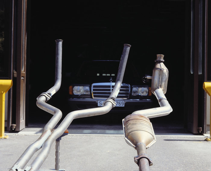 Emission control with a closed-loop catalytic converter: Standard equipment of all Mercedes-Benz passenger car models with gasoline engines from September 1986. The photo shows the catalytic converter of the S-Class sedan (126 series).