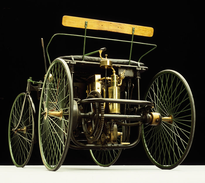 Daimler's wire-wheel car: The car with the world's first V2 engine was presented to the public for the first time at the Paris World Exhibition in 1889.