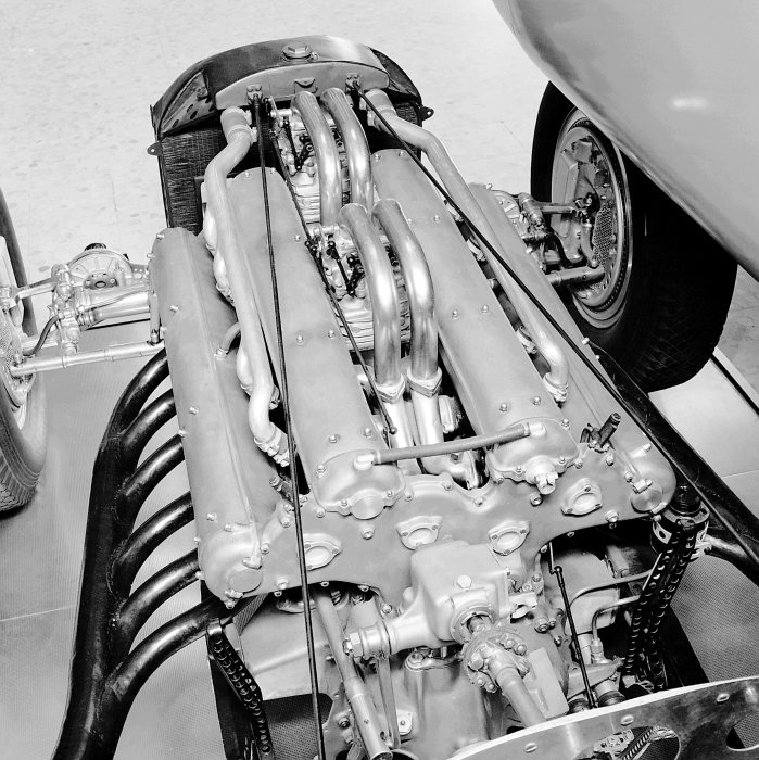 New dimensions of speed: The MD 25 DAB/1 engine of the Mercedes-Benz W 25 twelve-cylinder record car, 1936.