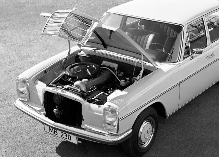 Tried-and-tested engine technology: Carburetor in-line engine in the Mercedes-Benz 230 (W 114 series, 1967 - 1973) with pendant valves and an overhead camshaft.