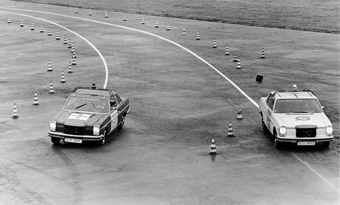Mercedes-Benz coupés of the 114 model series, trial testing of the analogue-electric Mercedes-Benz Teldix anti-lock braking system of the first generation, photo taken in 1970. The vehicle on the left with the assistance system remains steerable even during maximum full-stop braking in a bend.