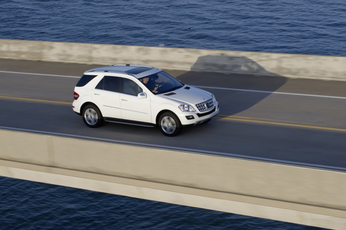 The ML 320 BlueTEC employs the highly efficient AdBlue exhaust emission treatment system, which has already been proving its exemplary technical and economic efficiency in Mercedes-Benz trucks and buses for a number of years now. The M-Class therefore achives even lower emissions than before. The dynamic, elegant SUV now exhibits after the update even more striking looks and appears even more agile and powerful.