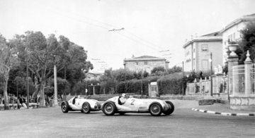 Double victory at the Italian Grand Prix in Livorno, September 12, 1937. The winner Rudolf Caracciola (start number 2) and Herman Lang (start number 6), who finished in second place, both in Mercedes-Benz formula racing cars W 125.