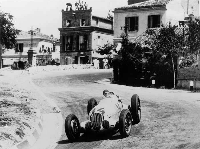 Coppa Acerbo, Pescara, August 1937. Manfred von Brauchitsch (start number 14) finished in second place at the wheel of a Mercedes-Benz W 125.