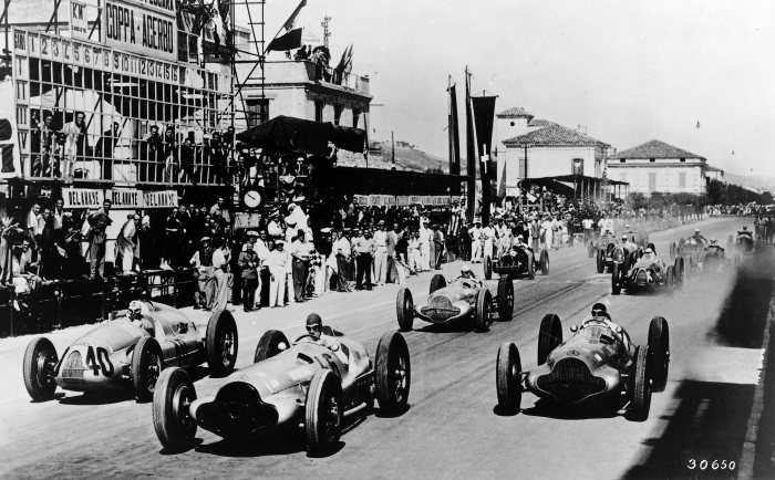 Coppa Acerbo near Pescara, August 14, 1938. The Mercedes-Benz W 154 racing cars driven by Manfred von Brauchitsch (start number 46), Hermann Lang (start number 40) and Rudolf Caracciola (start number 26), who was to win the race, took the lead immediately after the start.