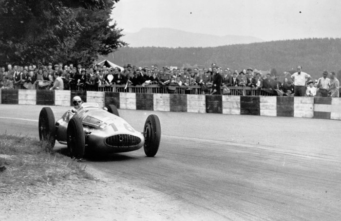 Triple victory at the Swiss Grand Prix, August 20, 1939. The winner Hermann Lang (start number 16) in a Mercedes-benz W 154. Second place: Rudolf Caracciola. Third place: Manfred von Brauchitsch.