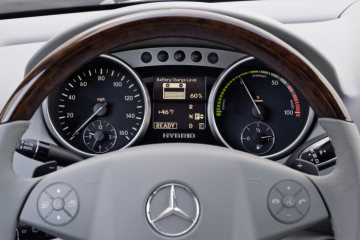 Mercedes-Benz M-Class, ML 450 HYBRID: The display in the newly designed instrument cluster keeps the driver fully informed about the charge status of the hybrid battery.