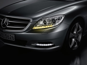 Mercedes-Benz CL-Class 2010 model year: The LED strip for the daytime driving lamps and the LED strip on the outside edge of the main headlights for the indicators and the marker lights set bold accents.