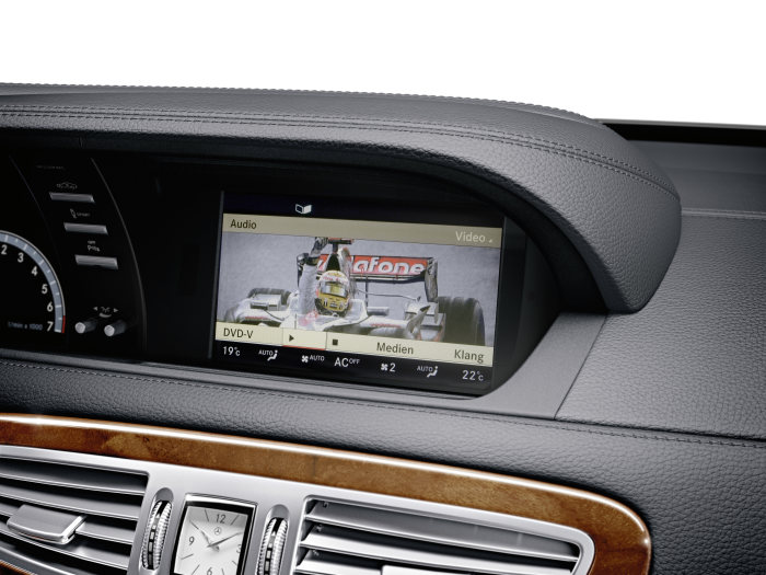 Mercedes-Benz CL-Class 2010 model year: SPLITVIEW technology enables the driver and front-seat passenger to monitor different content on the same screen at the same time