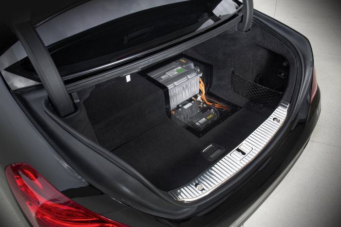 The battery of the S 500 PLUG-IN HYBRID is located in the boot of the car. Cut-away model.