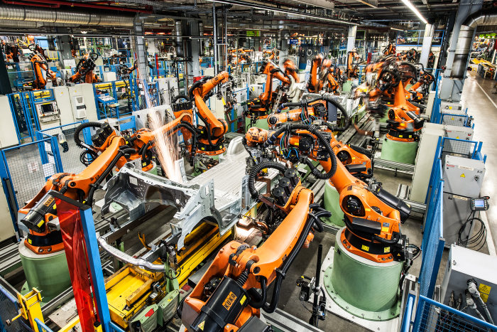 The Mercedes-Benz plant in Düsseldorf is Daimler AG´s largest van plant. More than 500 robots in the body shop manufacture the bodies.