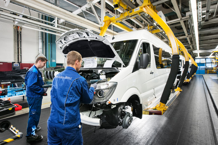 The Mercedes-Benz plant in Düsseldorf is Daimler AG´s largest van plant. Employees in assembly fit the front module.