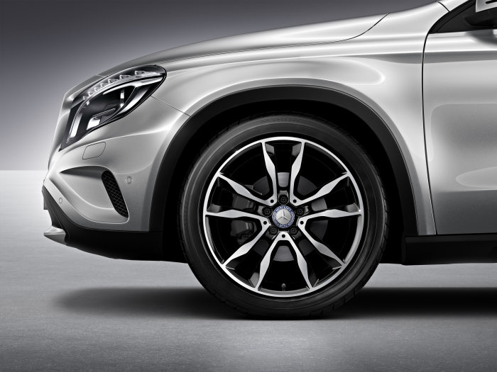 Mercedes-Benz accessories for the GLA-Class: MB 5-twin-spoke wheel, 48.3 cm (19 inch), Finish: black high-sheen. Wheel size: 8 J x 19 ET 43.5. Tyre: 235/45 R19