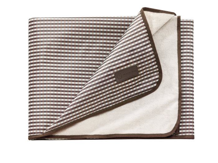 Mercedes-Benz collection for the GLA-Class: brown/beige-check picnic blanket.