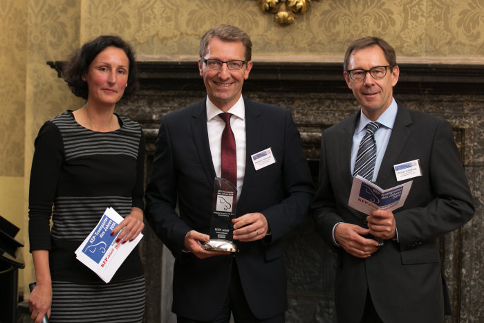 Matthias Hindemith, Head of Sales for Mercedes-Benz Vans Germany, (center) receives the awards from Nicole de Jong, KEP aktuell, (left) and Thomas Schlichting, United Parcel Service Deutschland, (right).