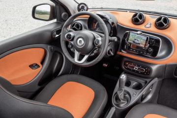 The new smart forfour 2014: smartphone cradle with smartphone, smart audio system
