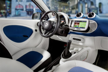 The new smart forfour 2014: Upholstery in leather look / white/blue fabric, dashboard and door centre panels in blue fabric and contrast components in white, smart media system