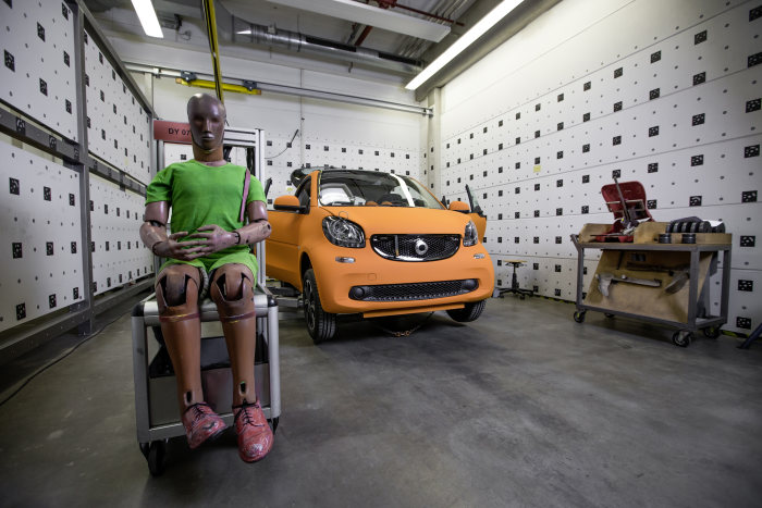 The new smart fortwo 2014: Preparation for the car to car crash. smart fortwo vs. S-Class